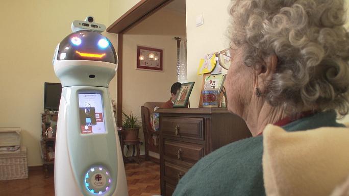 Yaşlı insanlara kömək edən robotlar təkmilləşdirilir