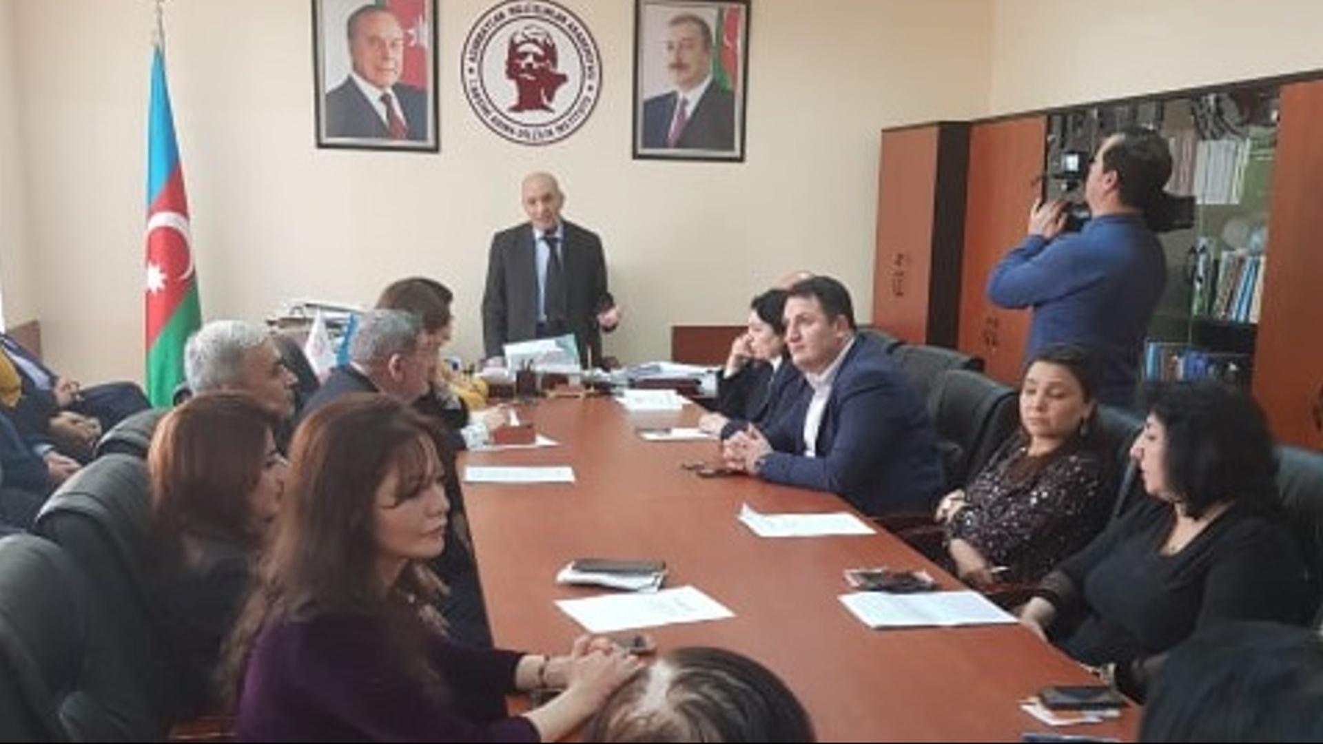 """""""Azərbaycan dilçiliyinin tarixi"""" mövzusunda dəyirmi masa keçirilib"""
