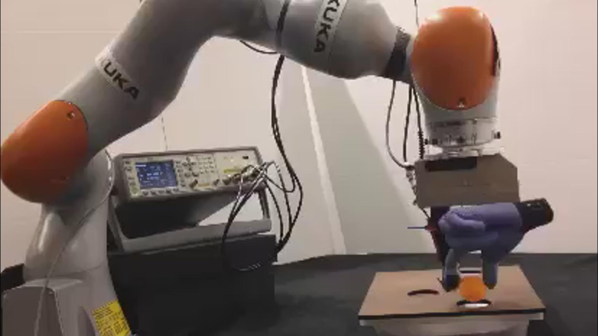 Elektron əlcək robotların toxunuşları canlı dəri kimi hiss etməsinə imkan verəcək
