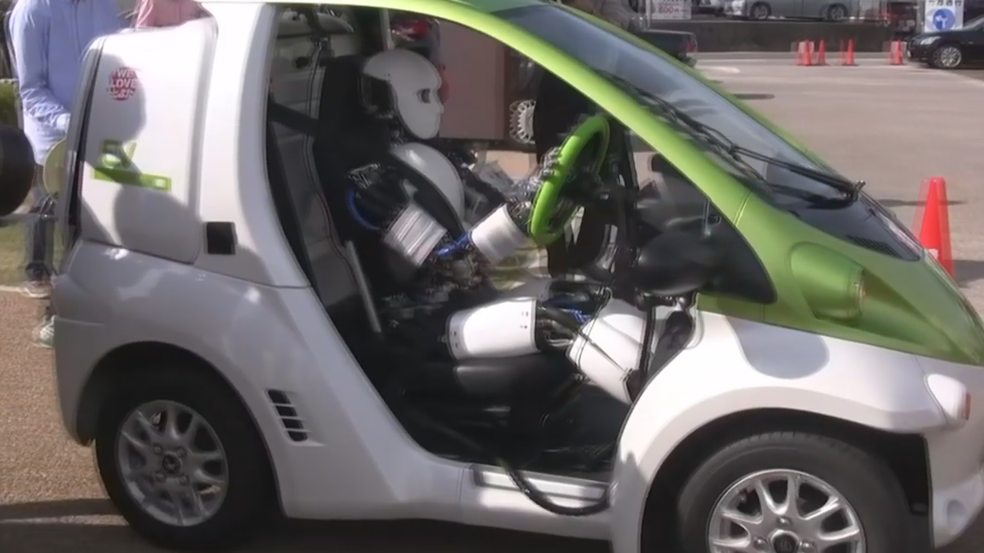Robot elektrik avtomobilini idarə edib