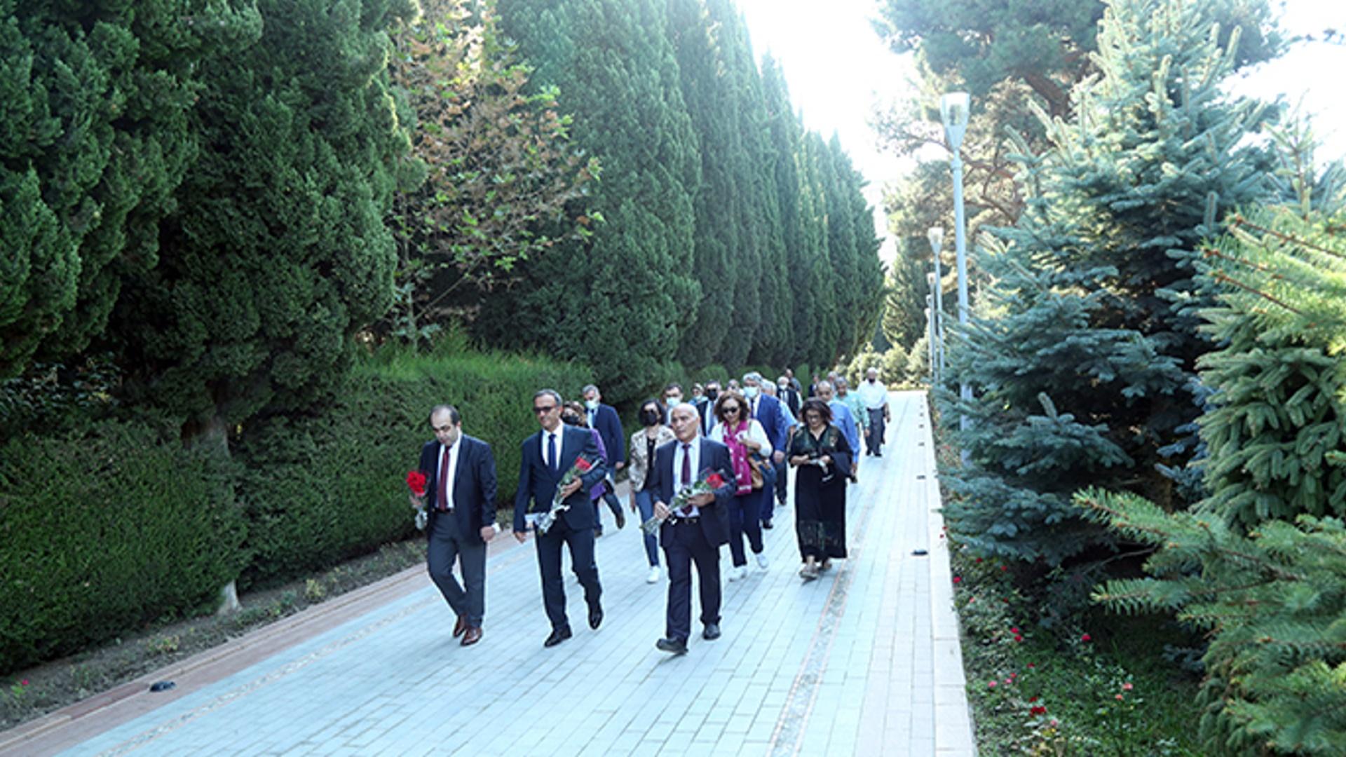 Beynəlxalq simpoziumun iştirakçıları Fəxri xiyabanı və Şəhidlər xiyabanını ziyarət ediblər