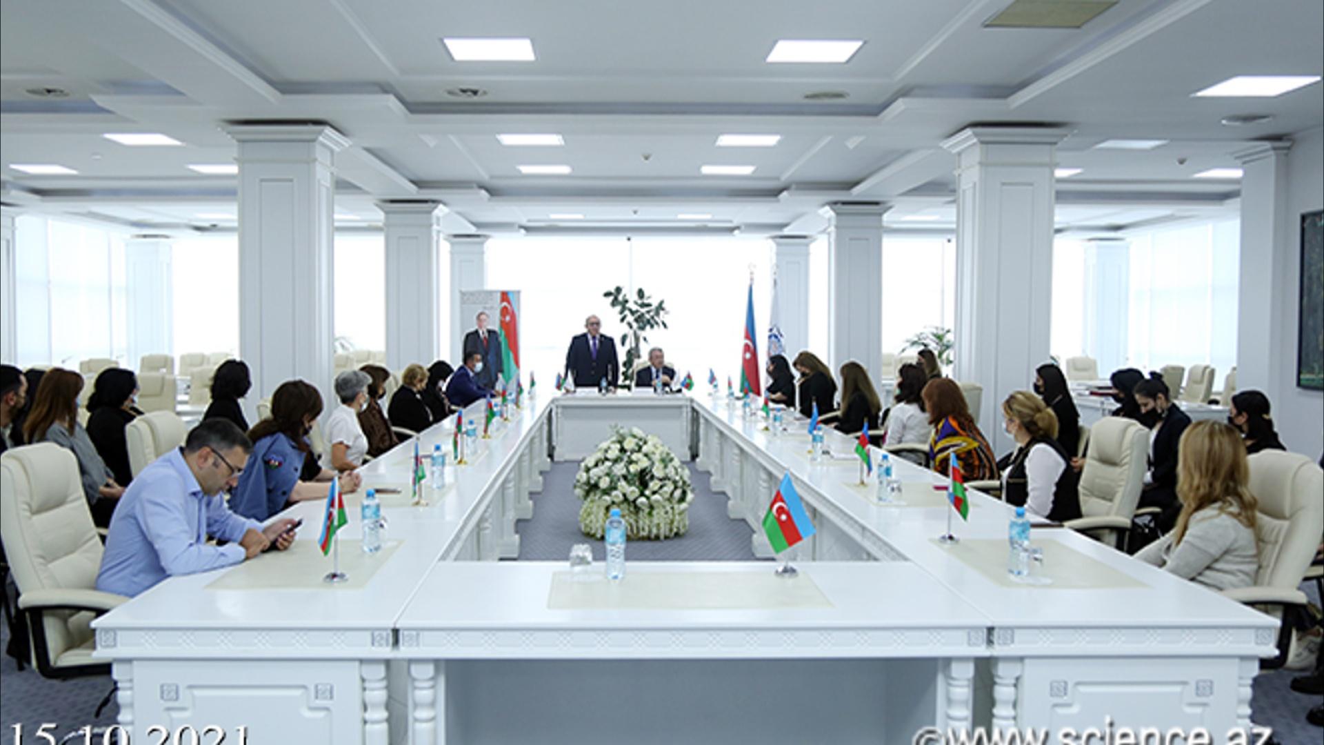 """Azərbaycan Milli Elmlər Akademiyası Mərkəzi Elmi Kitabxanasında """"Heydər Əliyev və Azərbaycan təhsili"""" mövzusunda lektoriya keçirilib"""