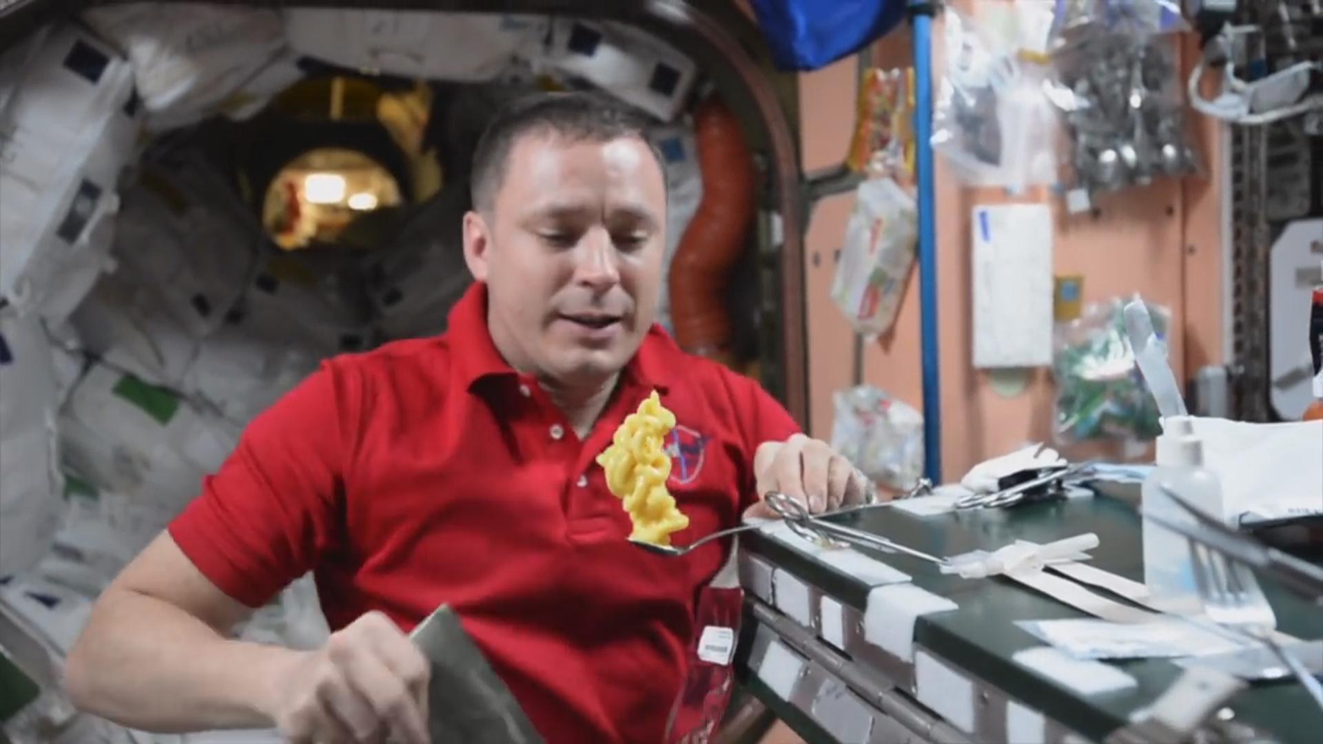 Amerikalı astronavt kosmosda pudinqdən qala tikib