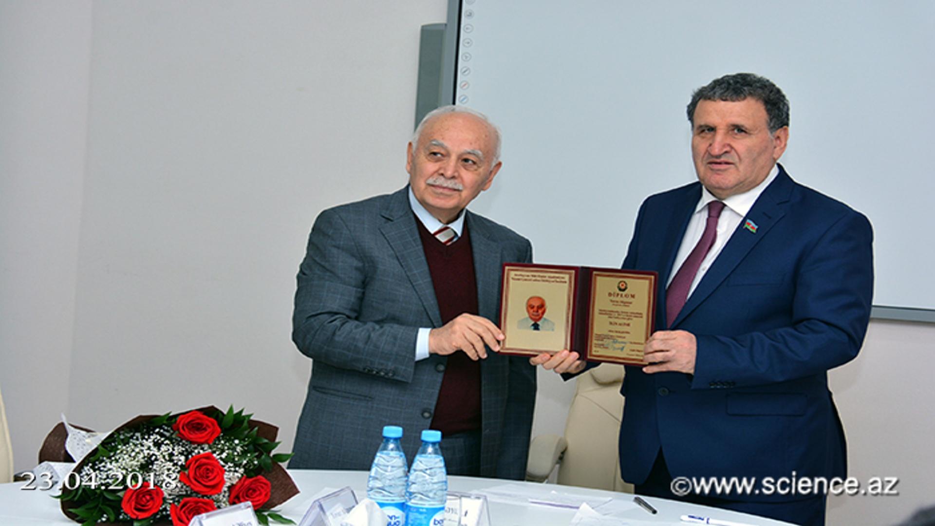 """Türkiyəli professor Yavuz Akpınara Ədəbiyyat İnstitutunun """"İlin alimi"""" mükafatı təqdim olunub"""