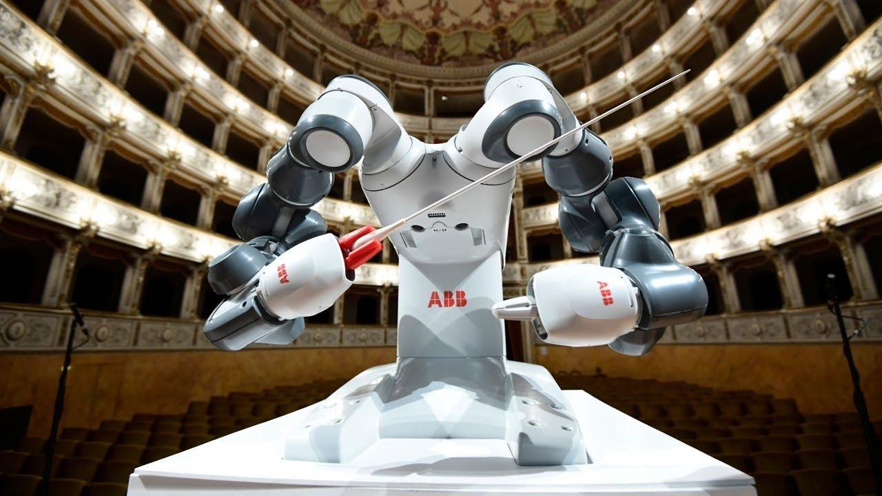 Robot dirijor simfonik orkestri müşaiət edib