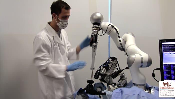 Robot cərrahiyyə əməliyyatını peşəkar şəkildə həyata keçirib
